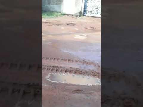 Moradora mostra situação da rua após serviço da BRK em Gurupi