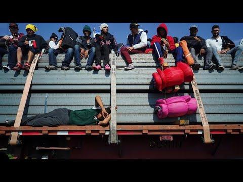 Deserciones en la caravana: un grupo LGBT alcanza la frontera