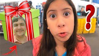Família Maria Clara e JP procurando um presente com a cara do papai!