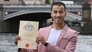 شاهد: أستراليا تمنح الجنسية للاعب كرة القدم البحريني اللاجئ حكيم العريبي…