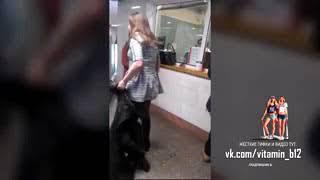 Пьяная девушка подралась с полицией. Скандал в метро 18+