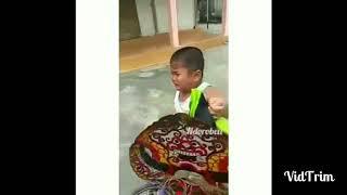 "Gambar cover VIDEO LUCU !! ANAK KECIL NANGIS SAMBIL MISUH ""DANC*KK RAIMU ASU"" NGAKAK PART.1 !!"
