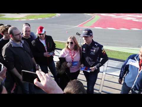Макс Ферстаппен навестил болельщиков на тестах в Барселоне