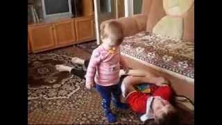 дочь танцует медляк..wmv