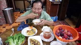 Ăn bánh xèo và trò chuyện vui / How to roll and eat Vietnamese crepe