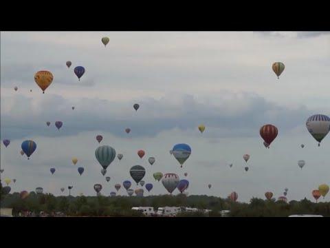 Centenas de balões colorem céu na França