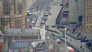 Londra, auto si schianta davanti alla sede del Parlamento