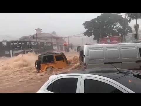 Troller amarelo enfrentando enchente alagamento em Franca SP