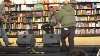 Marco Mengoni alla Feltrinelli di Roma canta: Insieme a te sto bene