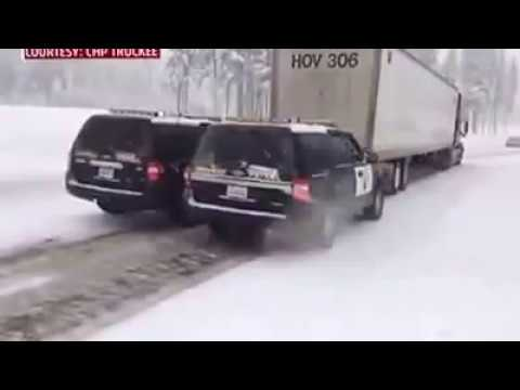 How police help semi truck driver in bad road condition. Как работают полицейские в Амерuке.