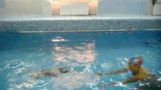 Машенька плавает в бассейне дельфинчик!!!