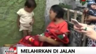 WOW VIDEO GEGERRRR No Sensor !!!  Seorang Perempuan Melahirkan Bayi di Jalan