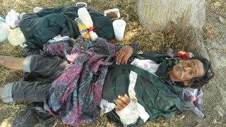 Indigente en Tepic no puede levantarse por dolor y pide ayuda