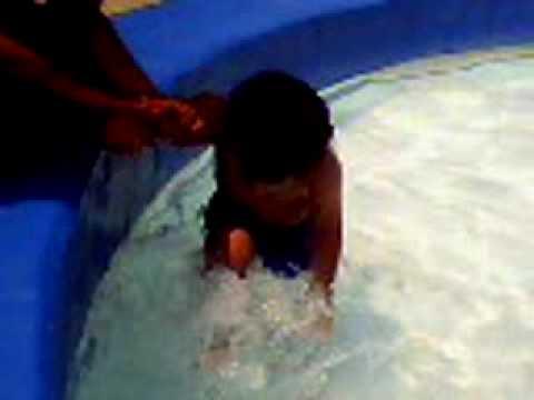 Emily banandose en la piscina doovi for Piscina mund