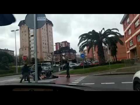 La Guardia Civil reduce en plena calle a tres personas en Santander