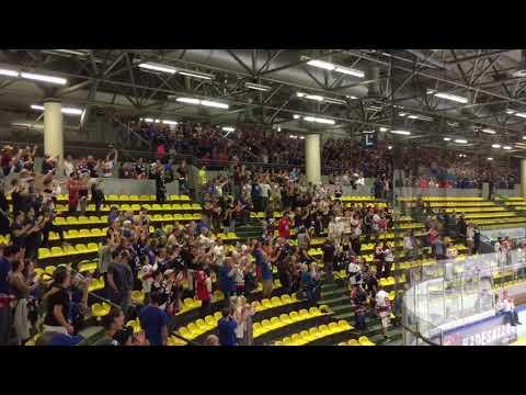 Löwen Frankfurt vs. Adler Mannheim 19.08.17 Mannschaft feiert mit den Fans