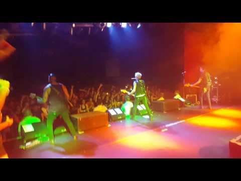 Sum 41 - Walking Disaster Live (onstage)