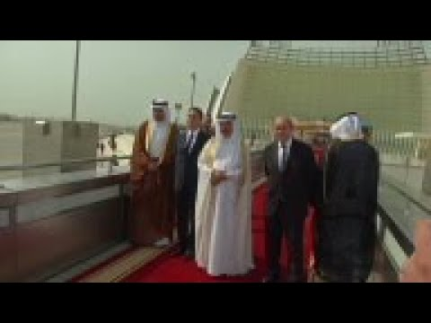 Hollande arrives in Qatar