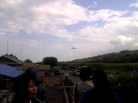 Batavia Air Boeng 737 seri 300 posisi take off di Bandara Sykuran Aminuddin Amir Luwuk