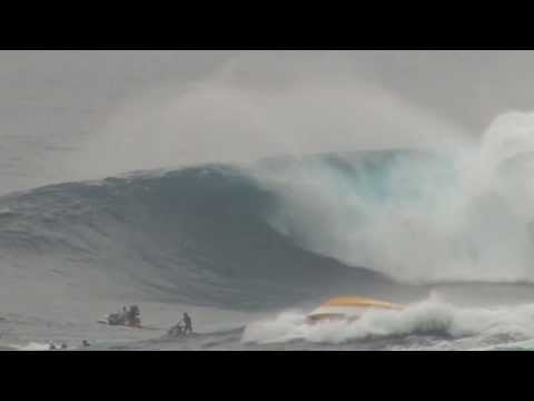 Massive Wave Capsizes Boat At Maui Surf Break (VIDEO)