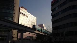 ビルの谷間を走り抜けてる北九州モノレール 駅数は合計13駅(起終点駅含む) thumbnail
