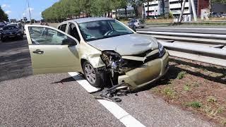 Auto op de kant op A15 | Beeld Video Duivestein