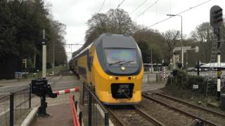 Spoorwegovergang Driebergen Zeist met VIRM 6 richting Utrecht Centraal