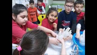 İlkokul Laboratuvar dersinde sıvıların basıncı deneyi yaptık
