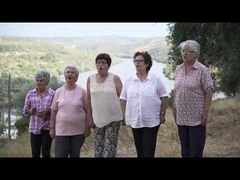 Mulheres do Rancho Folclórico do CMCD de Vila Velha de Ródão cantam «Senhora d'Alagada».