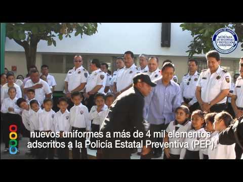 Alumnos de primaria entregan uniformes a policías de la SSyPC