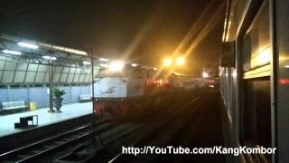 Kereta Api Senja Utama Solo Disiapkan di Stasiun Pasar Senen Pada 2015 -10-09