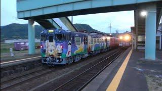 日本海沿岸を走り、松崎駅を発車するキハ47形5両編成を撮影(2021/5/14)