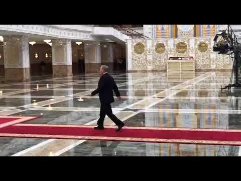 Назарбаев на ходу скинул пальто в дверях резиденции Лукашенко