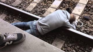 Jemand ist ins Gleis gefallen? Sofort den Zugnotstopp ziehen!
