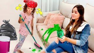 Valentina brinca de limpar a casa
