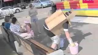 Человек-Коробка моет лавочки