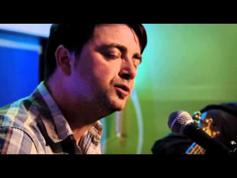 Watch Damien O'Kane Singing The Breaking of Omagh Jail in Session with Lynette Fay