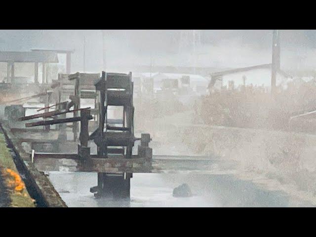 師走の早朝、白い霧の中で水車が回る 四万十市