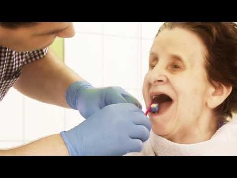 Tipps zur Zahn- und Mundpflege bei pflegebedürftigen Senioren