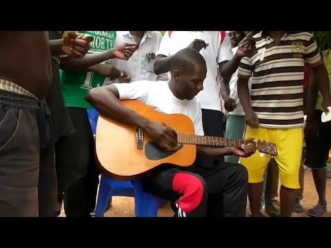 يورو نيوز:مُدان بتهمة الاحتيال يحقق شهرة واسعة بفضل أُغنيات تُنتج في سجن ببوركينا فاسو …