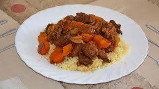 Гуляш из говядины с луком и морковью в красном вине.