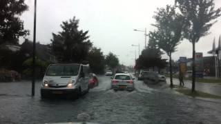 Wateroverlast op de straat rijksstraatweg Heemskerk.
