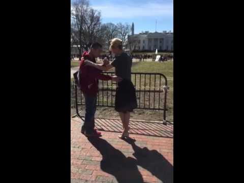 Rabolini dio sus clases de tango en la puerta de la Casa Blanca | El Destape