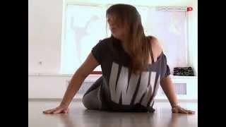 Без ограничений. Тренер по стрип-пластике демонстрирует базовые упражнений
