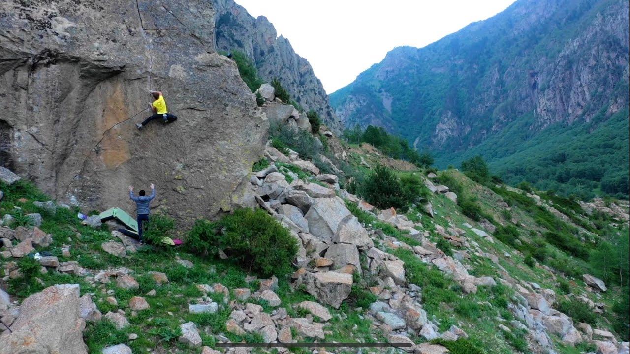 Лезем по трещине. Опасно, высоко, страшно. Скалолазание на Кавказе