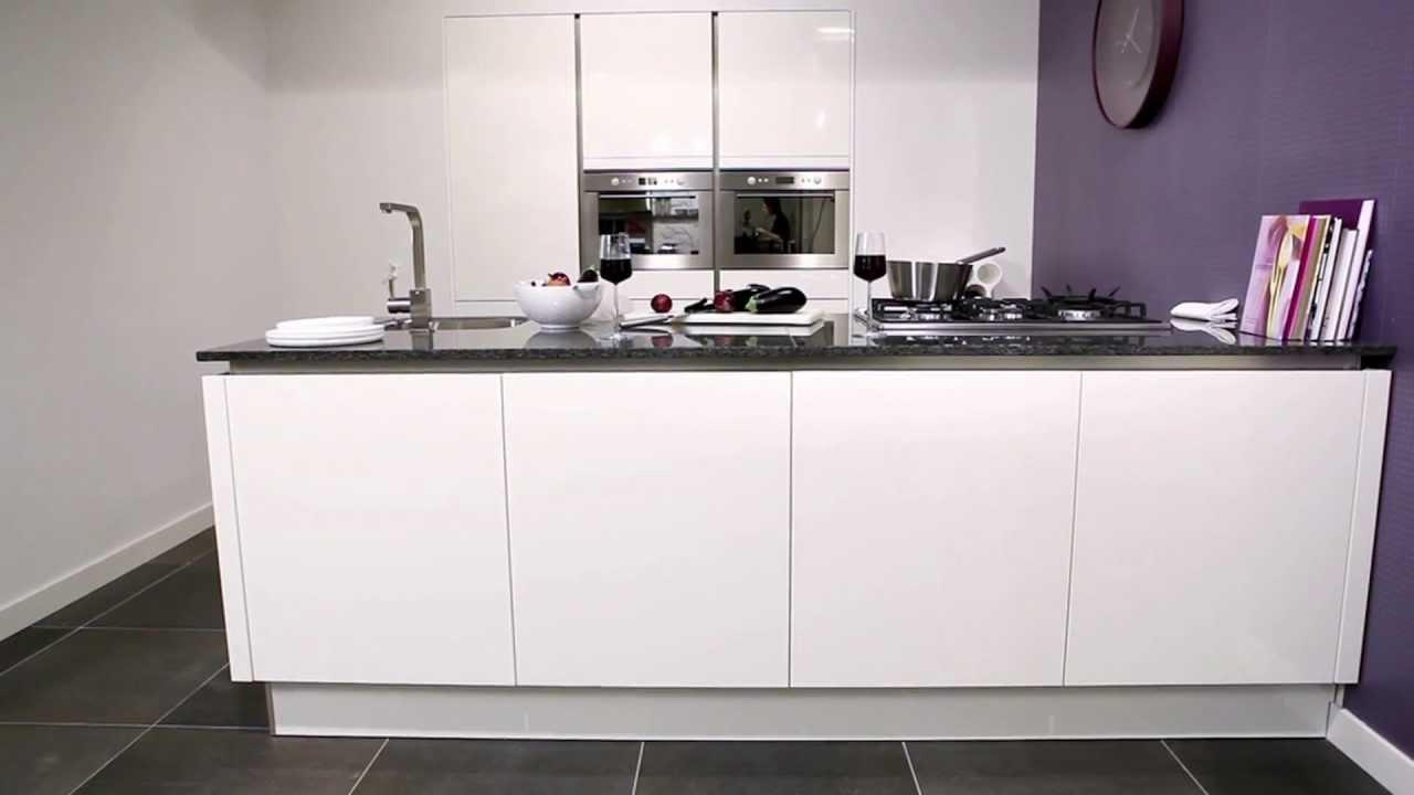 Afzuigkap Keuken: Afzuigkap in plafond keuken.