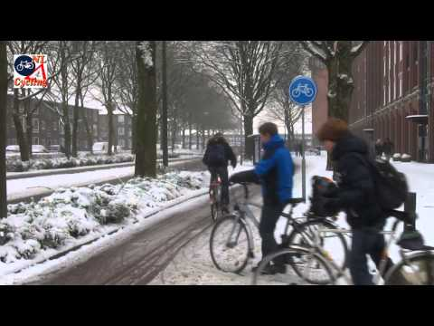 Cycling in the snow in 's-Hertogenbosch (Netherlands)