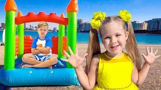Diana và Roma chơi với đồ chơi cho bé gái và bé trai