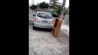 Correção de treino de manobra de ré com caixas de papelão
