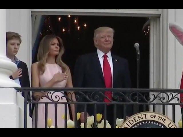 Меланија го потсетува Доналд Трамп што треба да прави додека свири химната